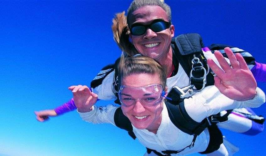 Прыжок с парашютом порадует молодых