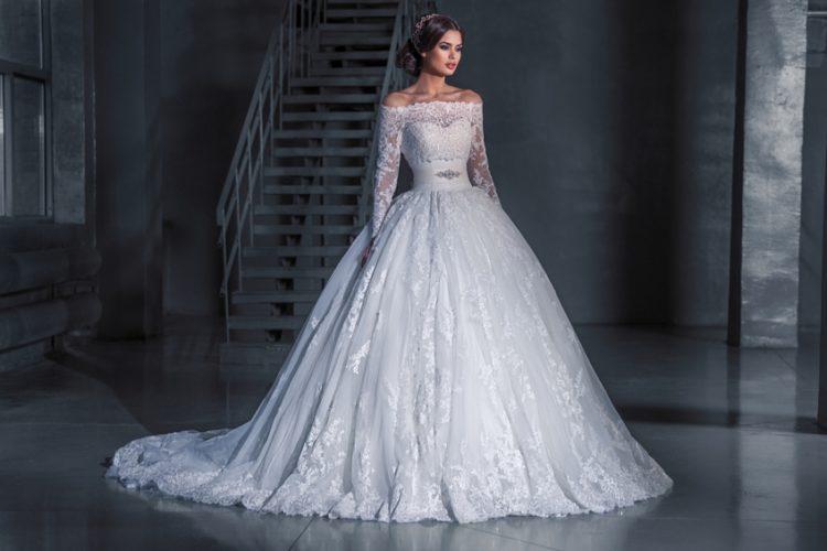 Свадебное платье с длинным шлейфом кружевное