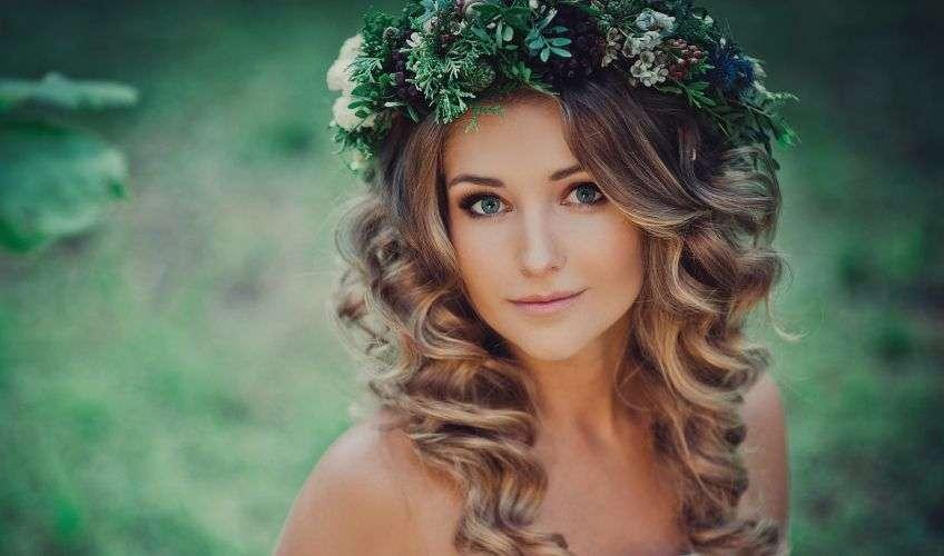 Прическа кудри на средние волосы с венком на голове
