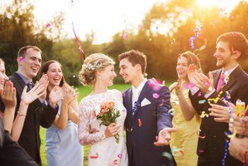 Веселая компания на свадьбе