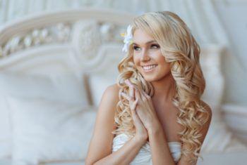 Свадебная прическа с легкими локонами